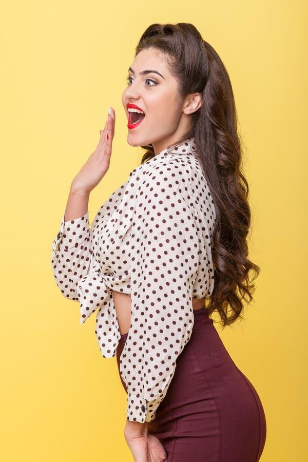 Nette junge Frau drückt ihr Erstaunen aus stockbild