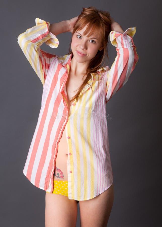 Nette junge Frau im Hemd und im Schlüpfer stockbild