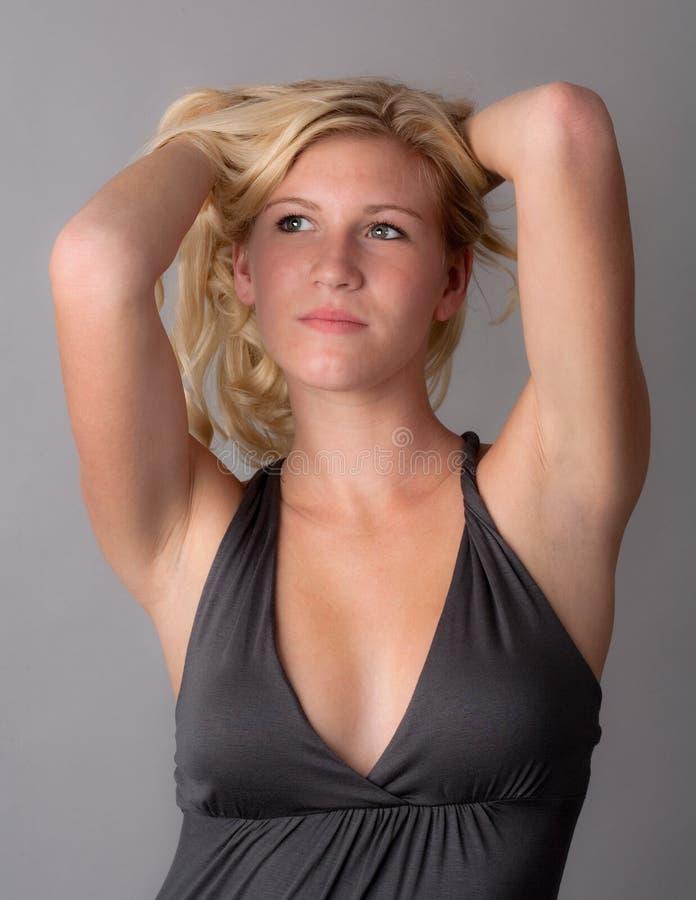 Nette junge Frau mit dem blonden Haar stockbild
