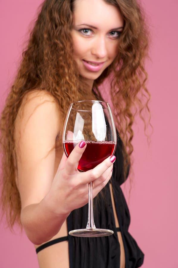 Nette junge Frau mit Glas Rot lizenzfreie stockfotos