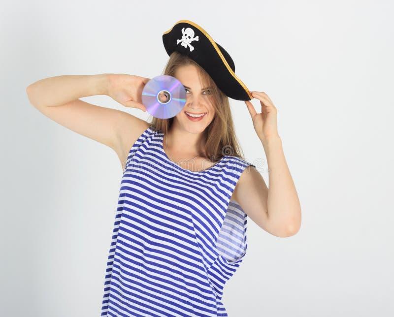 Nette junge Frau mit Piraten-CD oder dvd Scheibe stockbilder