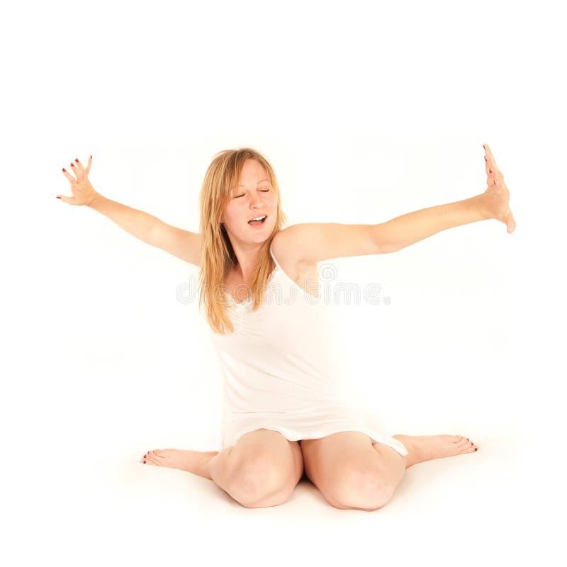Nette junge gähnende und ausdehnende Frau stockfotos
