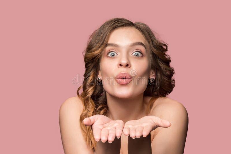 Nette junge lächelnde Frau mit dem langen gewellten seidigen Haar, natürlich bilden das Betrachten der Kamera lizenzfreie stockbilder