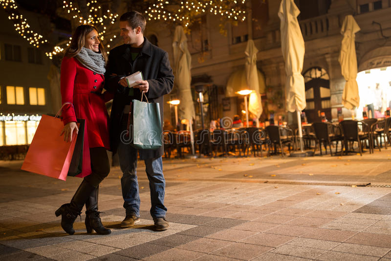 Nette junge Leute, die das Weihnachtseinkaufen tun lizenzfreie stockfotografie