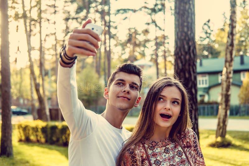 Nette junge Paare stockfoto