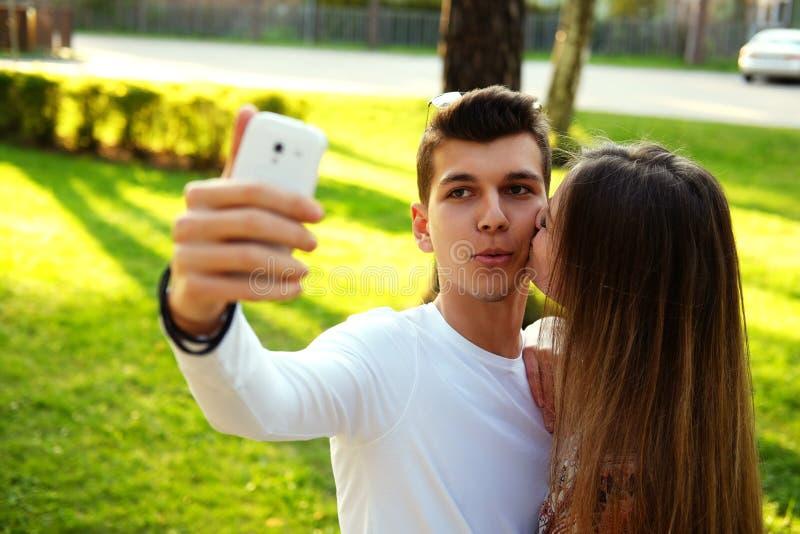 Nette junge Paare lizenzfreie stockbilder