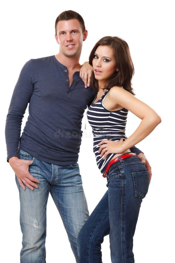 Nette junge Paare, die im Studio aufwerfen lizenzfreies stockbild