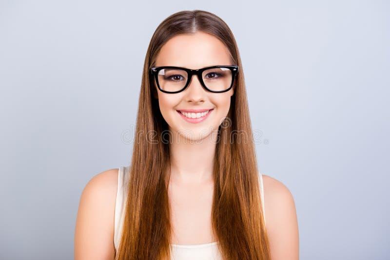 Nette junge Studentin ist in stilvollen schwarzen Gläsern und trägt lizenzfreie stockbilder