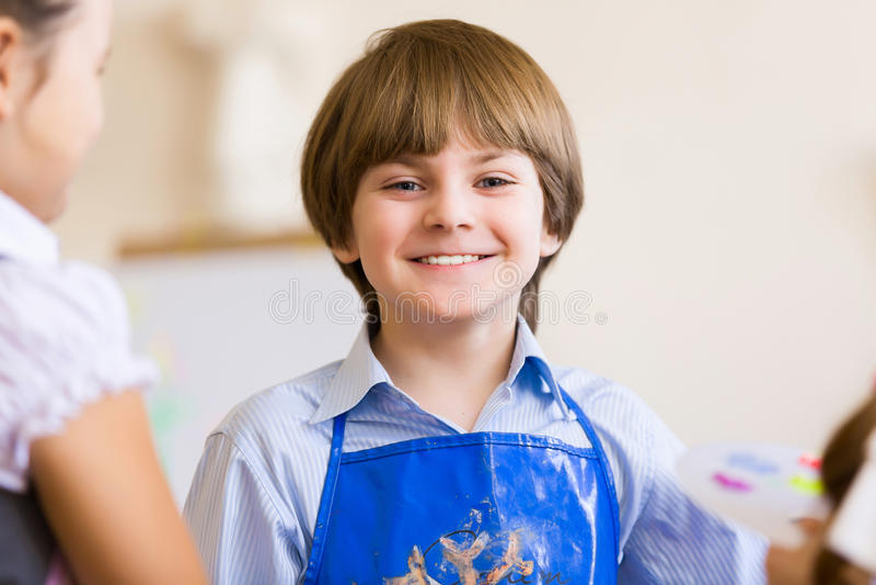 Nette Jungenmalerei stockbild