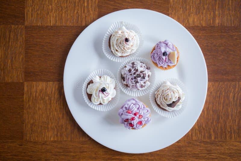 Nette köstliche kleine Kuchen stockbilder