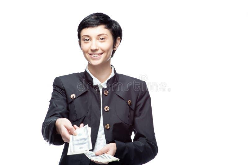 Nette kaukasische Geschäftsfrau im schwarzen Anzug, der Geld hält stockfotos