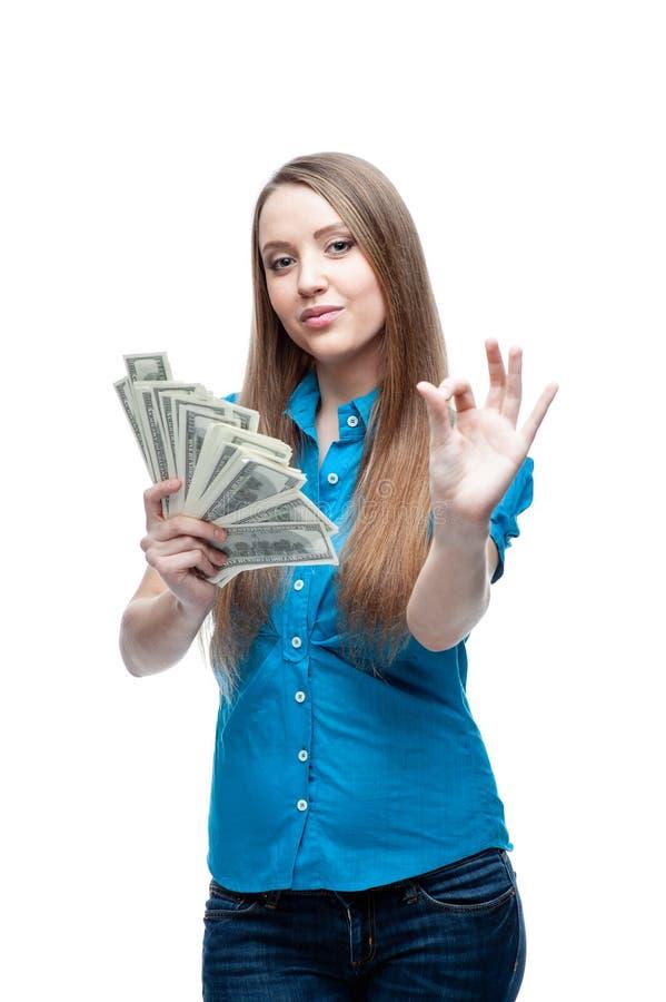 Nette kaukasische Geschäftsfrau im schwarzen Anzug, der Geld lokalisiert auf Weiß hält lizenzfreie stockfotos