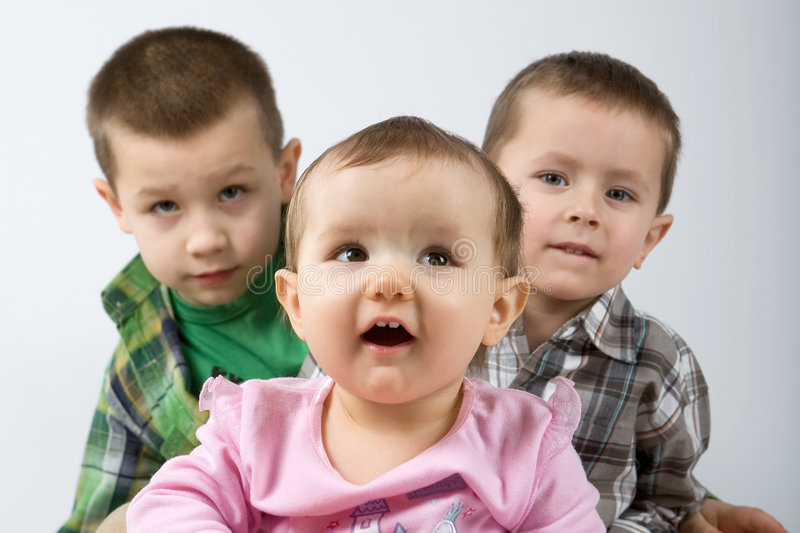 Nette kaukasische Geschwister. lizenzfreie stockfotos