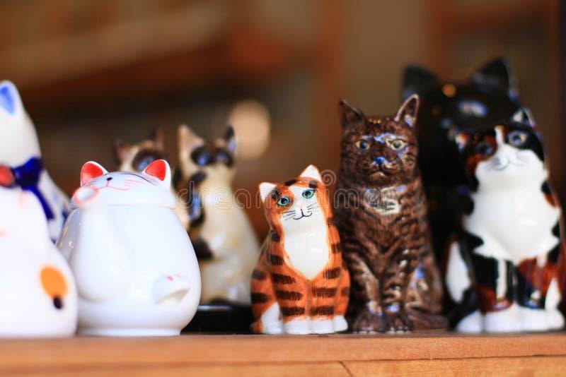 Nette keramische Katzen lizenzfreie stockfotos