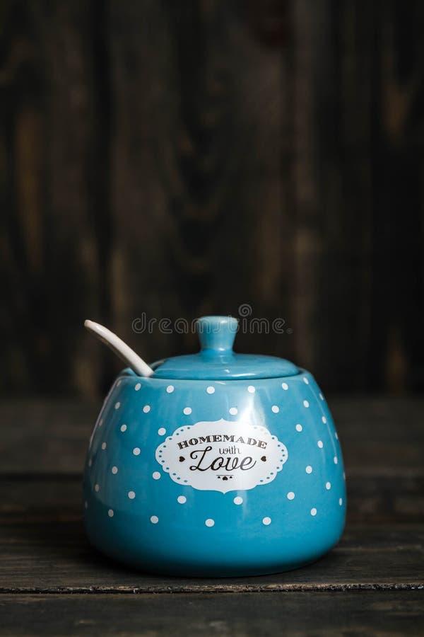Nette keramische Speichergläser mit Punkten auf Blau lizenzfreie stockfotografie
