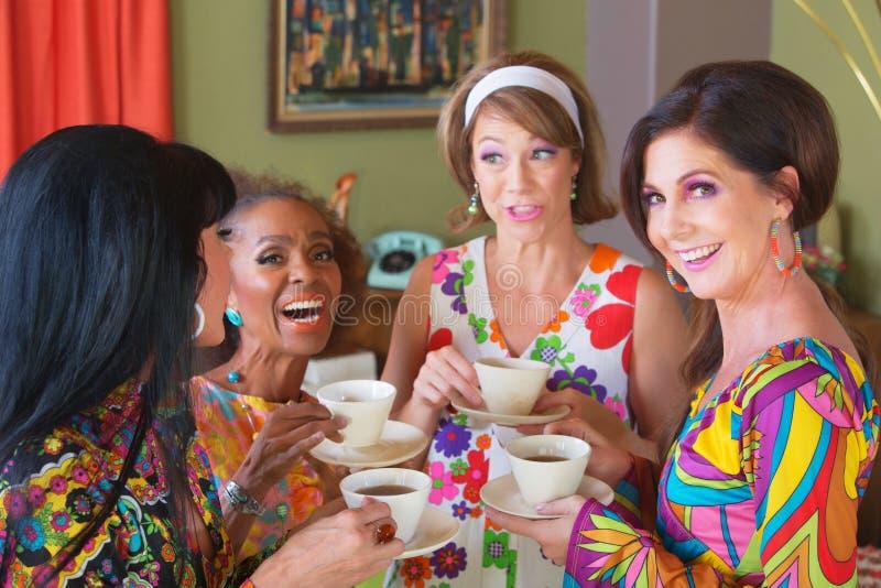 Nette kichernde Frauengruppe stockbild