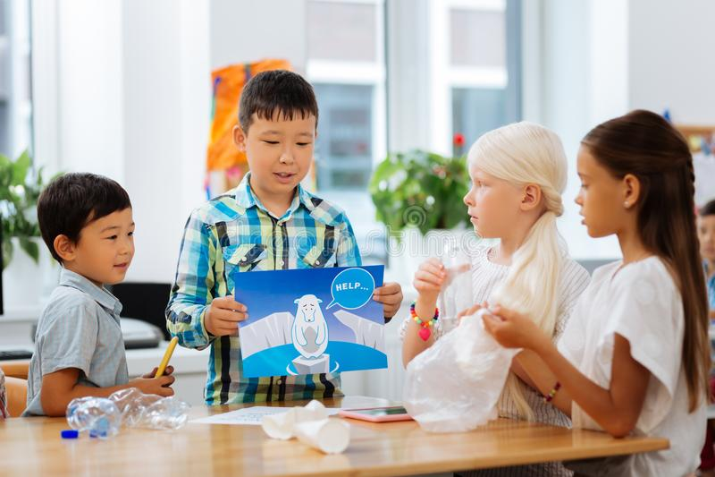 Nette Kinder, die in der Schule ökologische Probleme besprechen stockfotos