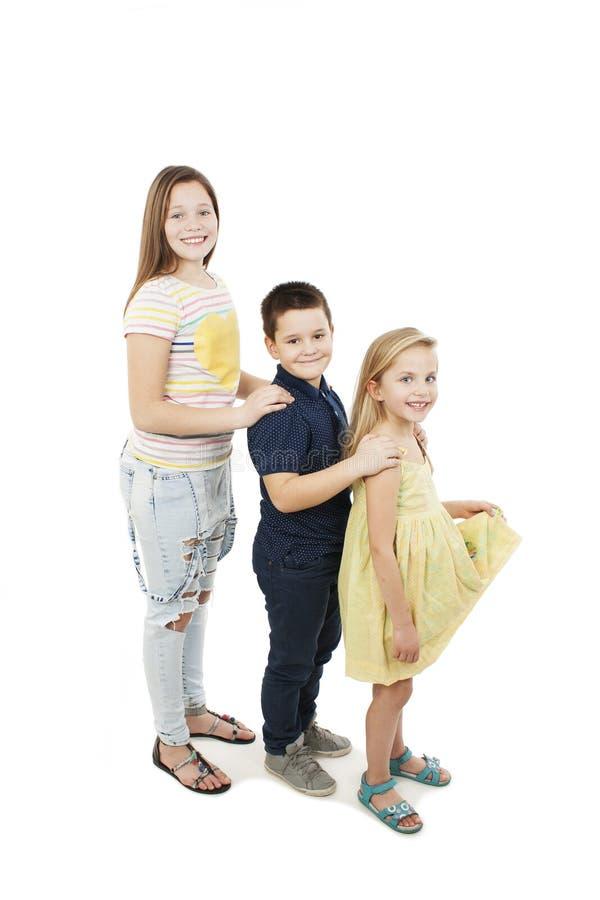 Nette Kinder haben Spaß und die Aufstellung stockbild