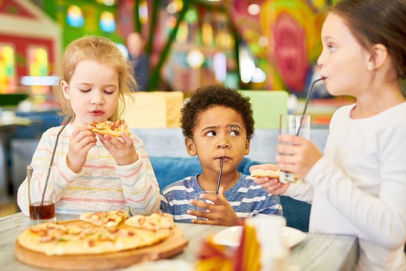 Nette Kinder im Café stockbilder