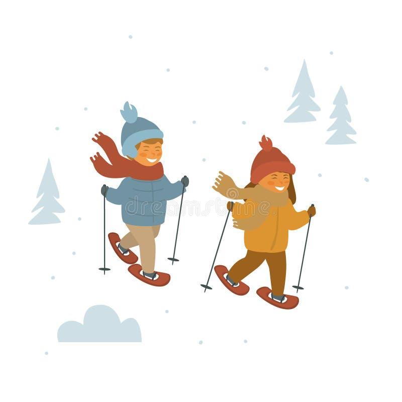 Nette Kinder Junge und Mädchen, die im Winterwald snowshoeing sind lizenzfreie abbildung
