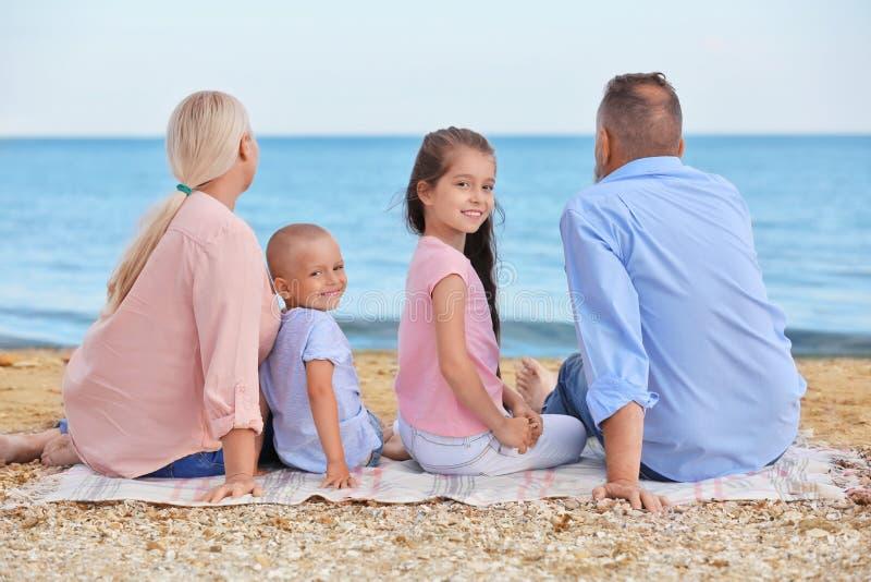Nette Kinder mit Großeltern stockbilder