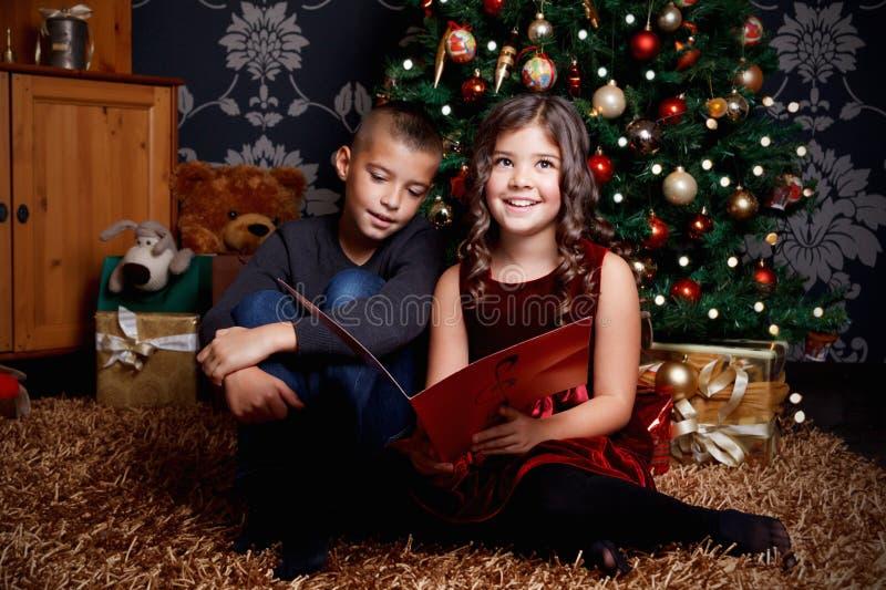 nette kinder singen ein lied am weihnachten stockfoto. Black Bedroom Furniture Sets. Home Design Ideas