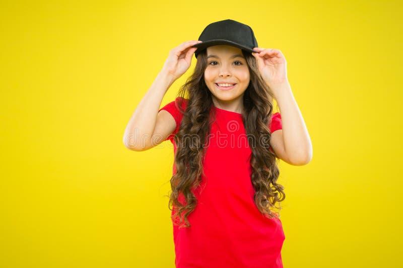 Nette Kinderabnutzungskappe oder Hysteresenhut Wenig tragende Baseballmütze des Mädchens Sommersonnenschutzkappe Langes gelocktes lizenzfreie stockfotos