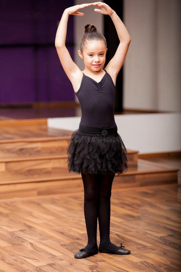 Nette kleine Ballerina in der Klasse stockfotos