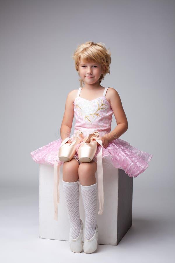 Nette kleine Ballerina, die mit pointes aufwirft stockfotografie