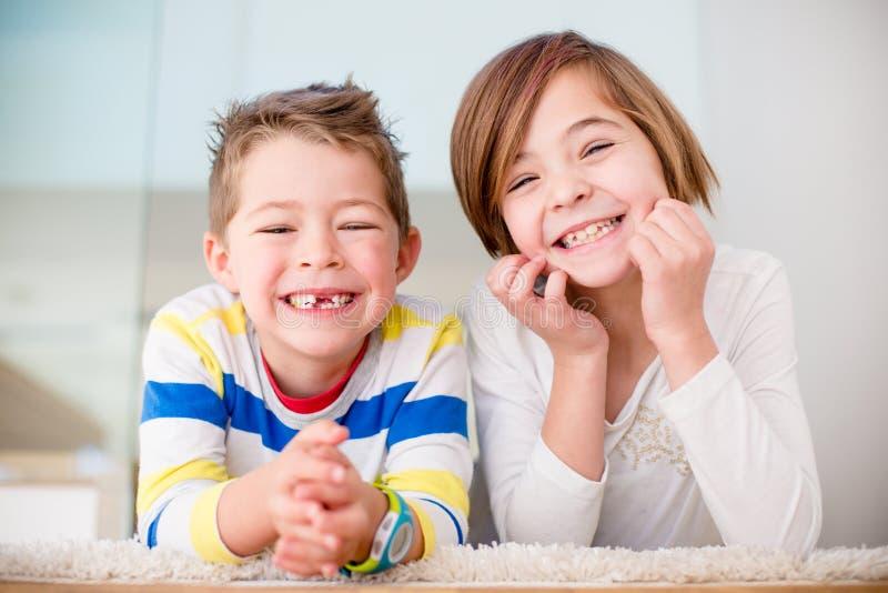 Nette kleine Geschwister lizenzfreie stockfotografie