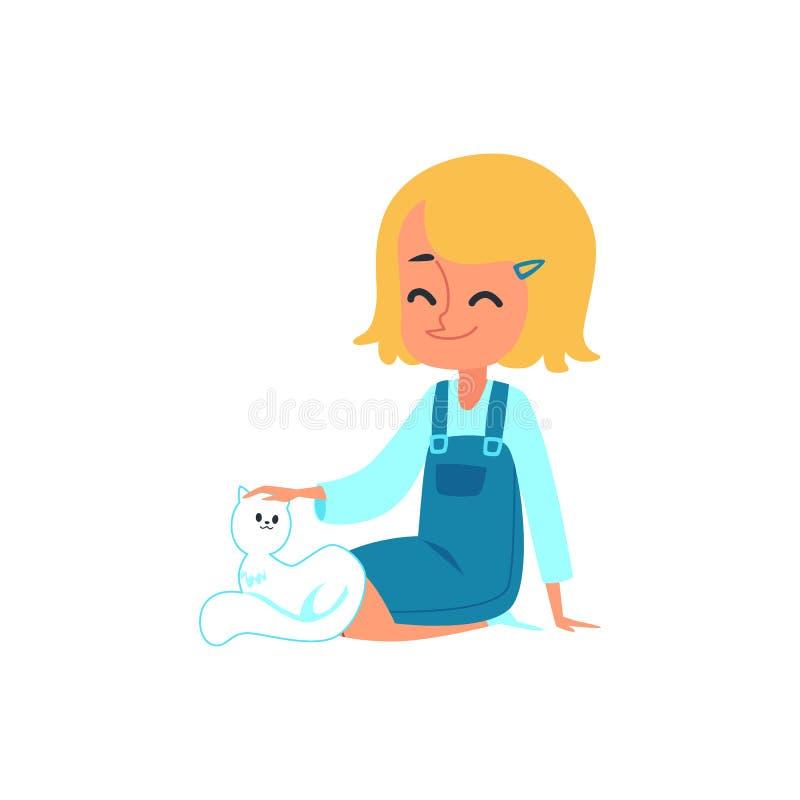 Nette kleine kaukasische Babyblondine, die eine weiße Katze sitzt, lächelt und streicht stock abbildung