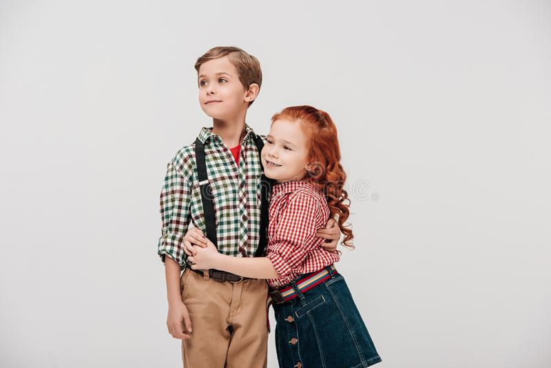 nette kleine Kinder, die weg umfassen und schauen lizenzfreies stockfoto