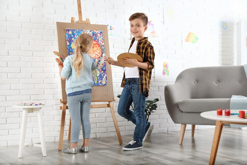Nette kleine Kindermalerei auf Gestell stockfoto
