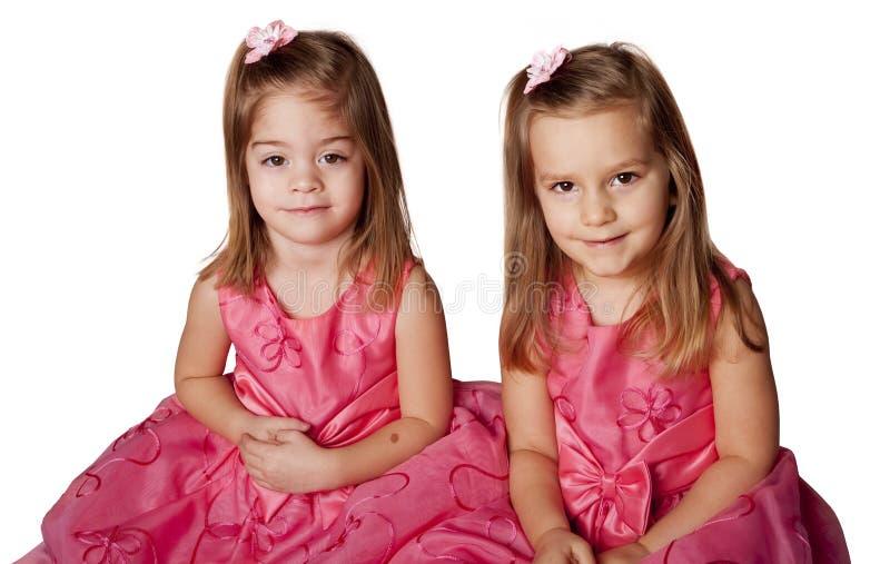 Nette kleine Mädchen in den rosafarbenen Kleidern lizenzfreies stockfoto