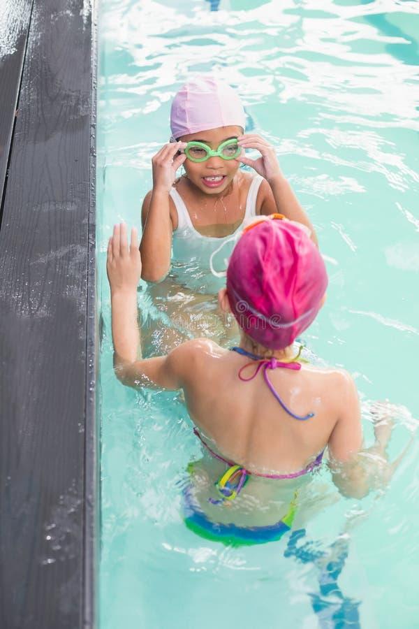 Nette kleine Mädchen im Swimmingpool lizenzfreie stockfotografie
