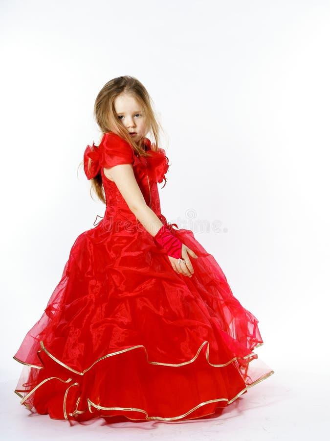 Nette kleine Prinzessin gekleidet im roten Tanzen lokalisiert auf weißem b stockfotografie