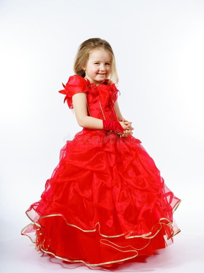 Nette kleine Prinzessin gekleidet im roten Tanzen lokalisiert auf weißem b lizenzfreies stockbild