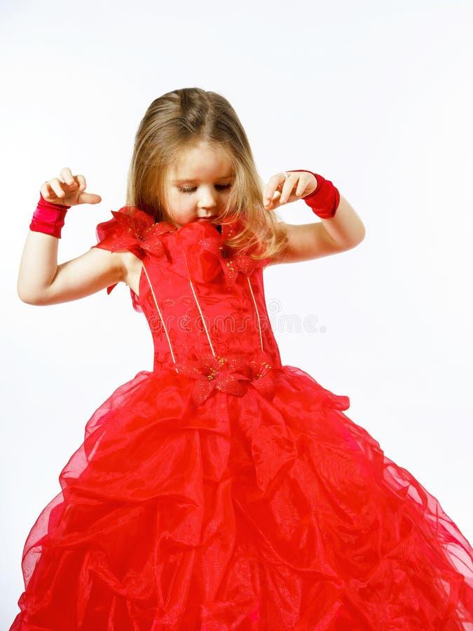 Nette kleine Prinzessin gekleidet im roten Tanzen lokalisiert auf weißem b stockfotos