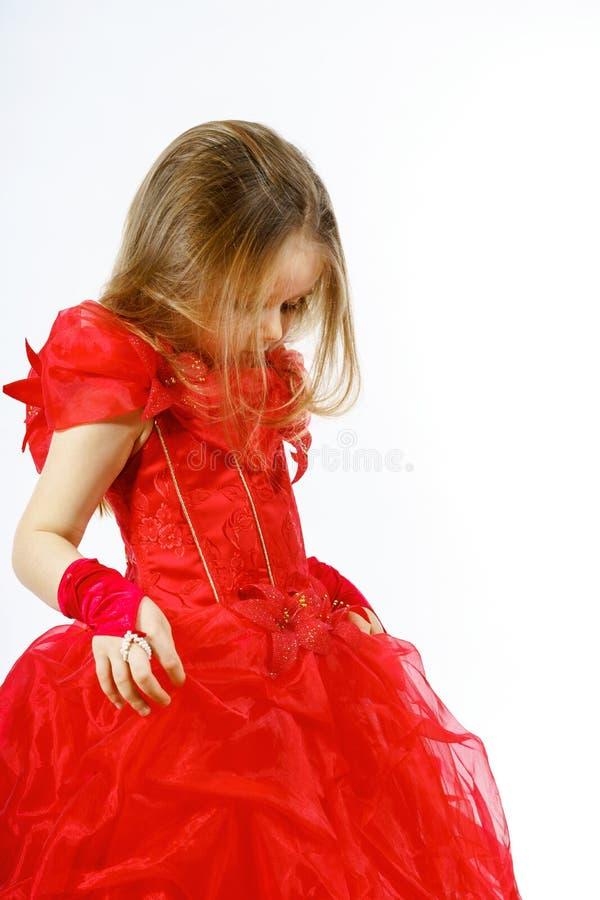 Nette kleine Prinzessin gekleidet im roten Tanzen lokalisiert auf weißem b stockbilder