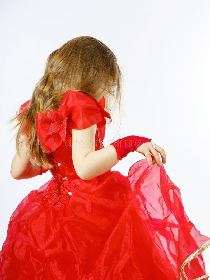 Nette kleine Prinzessin gekleidet im roten Tanzen lokalisiert auf weißem b lizenzfreie stockbilder