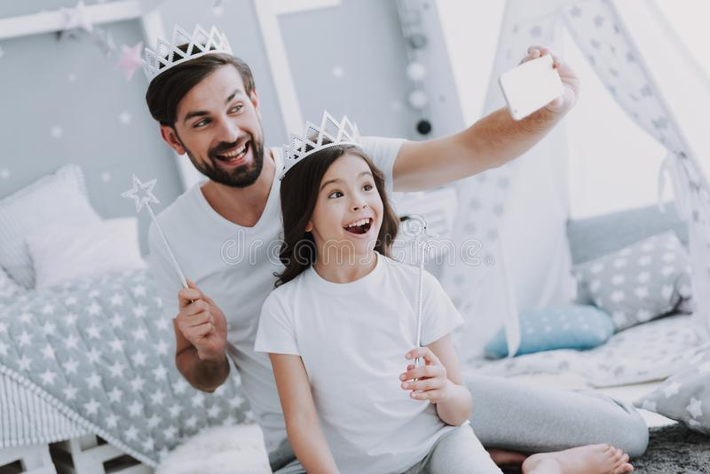 Nette kleine Tochter und Vati, die Selfie macht stockfotos