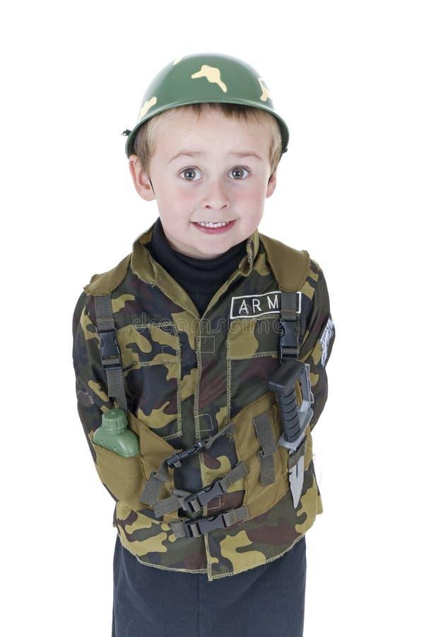 Nette kleiner Junge Grüße in der Armeeausstattung stockbilder