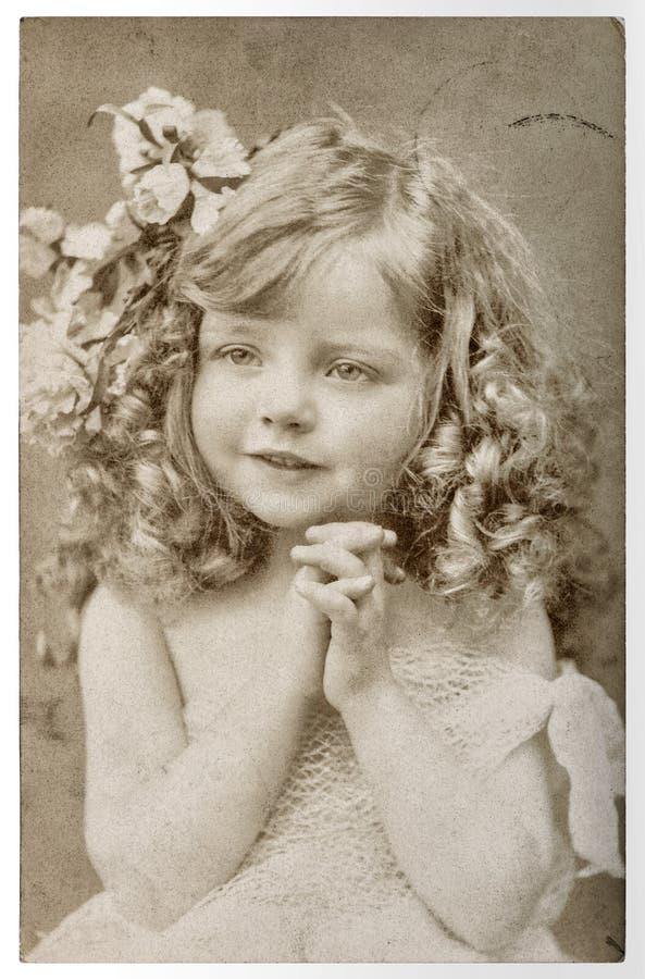 Nette kleines Mädchen Weinleseporträt picturefilm Kornunschärfe lizenzfreie stockfotografie