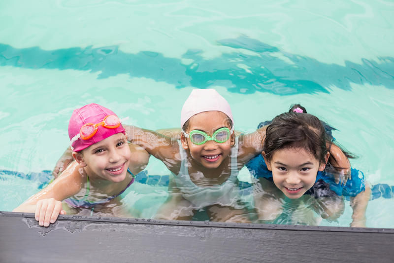 Nette Kleinkinder im Swimmingpool lizenzfreie stockbilder