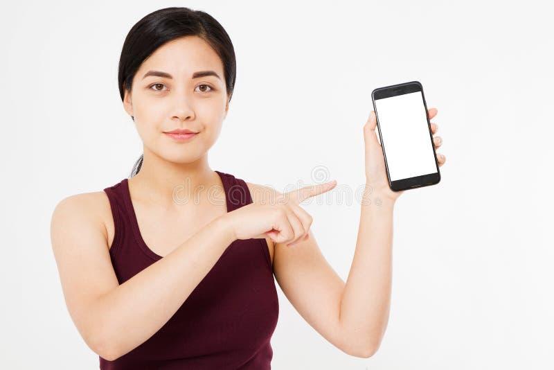 Nette koreanische, asiatische Frauenfingerpunkte am Telefon des leeren Bildschirms lokalisiert auf weißem Hintergrund lizenzfreie stockfotografie