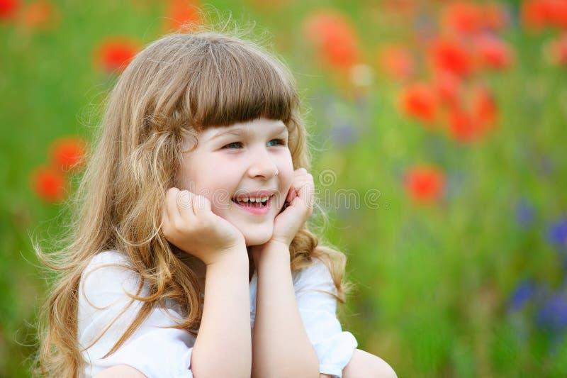 Nette lächelnde Porträtnahaufnahme des kleinen Mädchens draußen stockbild