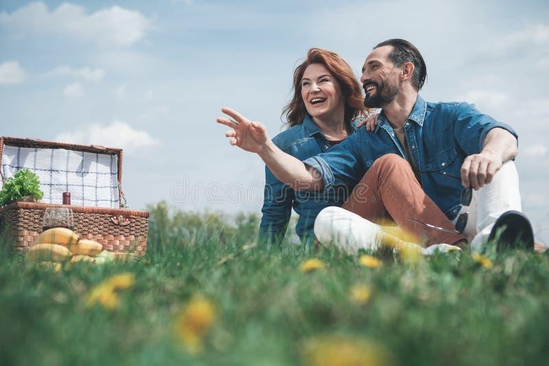Nette liebevolle Paare, die romantisches Picknick in der Natur haben lizenzfreies stockfoto