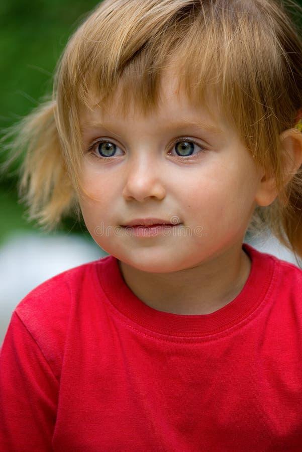 Nette liitle Mädchennahaufnahme lizenzfreie stockbilder