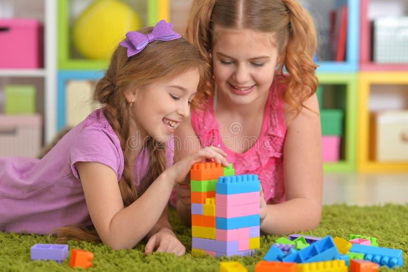 Nette Mädchen, die mit bunten Plastikblöcken spielen lizenzfreie stockbilder