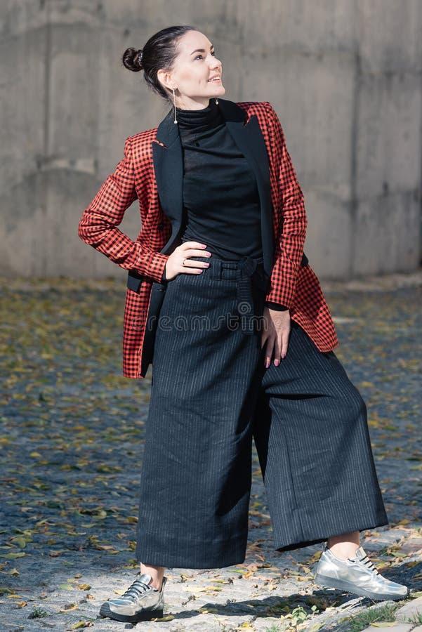 Nette Mädchen Frühlings-Herbstkollektions-Modestraßenart lizenzfreies stockfoto